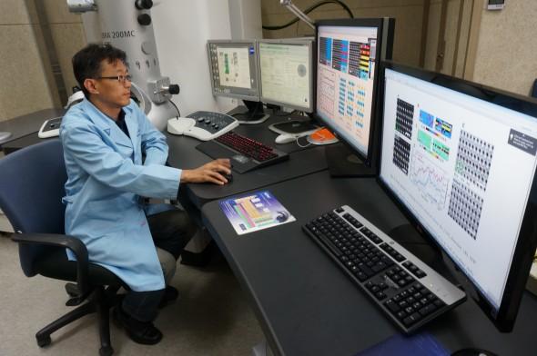 장재혁 박사가 산화물 구조의 촬영 이미지를 분석하고 있다. - 한국기초과학지원연구원 제공